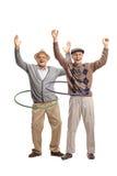 Deux hommes pluss âgé gais avec des cercles de danse polynésienne Photographie stock libre de droits