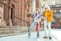 Deux hommes positifs intelligents dansant et chantant ensemble Photographie stock