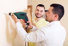 Deux hommes qualifiés faisant l'entretien Image stock