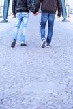 Deux hommes retenant des mains Photos libres de droits
