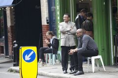 Deux hommes s'asseyent près des amis de attente de café Photos libres de droits