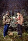 Deux hommes sans abri célébrant leur Noël en parc Photographie stock