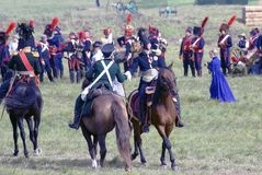 Deux hommes se serrent la main des chevaux d'équitation Photos stock