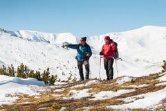 Deux hommes sont dans les montagnes images libres de droits
