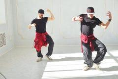 Deux hommes sont danse d'houblon de hanche Photo stock