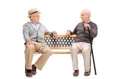 Deux hommes supérieurs discutant les uns avec les autres Photographie stock