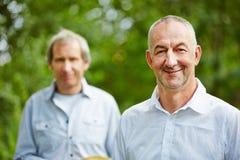 Deux hommes supérieurs en été en nature Photographie stock