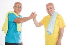 Deux hommes supérieurs faisant le sport image libre de droits