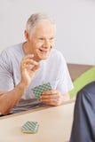 Deux hommes supérieurs jouant des cartes dans la maison de repos Photographie stock libre de droits