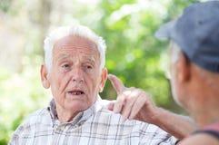 Deux hommes supérieurs parlant en parc Photo stock