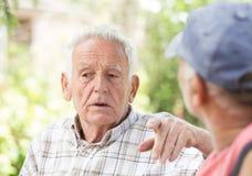 Deux hommes supérieurs parlant en parc Photographie stock libre de droits