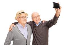 Deux hommes supérieurs prenant un selfie avec le téléphone Photo libre de droits