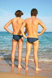 Deux hommes sur la plage Photographie stock libre de droits