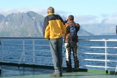 Deux hommes sur le ferry-boat atteignant l'île photographie stock libre de droits