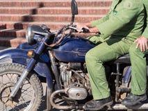 Deux hommes sur une motocyclette Images stock