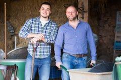 Deux hommes travaillant à une ferme Photo libre de droits