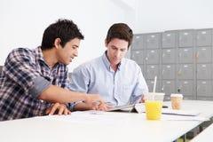Deux hommes travaillant ensemble dans le studio de conception Photo stock