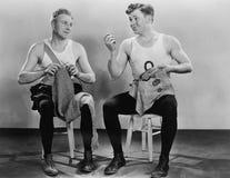 Deux hommes tricotant et cousant (toutes les personnes représentées ne sont pas plus long vivantes et aucun domaine n'existe Gara images stock