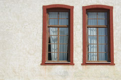 Deux hublots sur le mur blanc Images libres de droits
