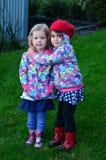 Deux huges de petites filles extérieurs Photos libres de droits