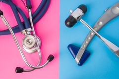 Deux Hummer réflexes en caoutchouc neurologiques et stéthoscope médical est à l'arrière-plan de deux couleurs : bleu et rose Conc Image libre de droits