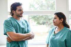 Deux infirmières faisant une pause photos libres de droits