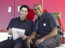 Deux infirmiers s'asseyant en leur ambulance photo libre de droits
