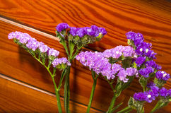 Fleurs pourpres sur un fond en bois décoratif Image stock