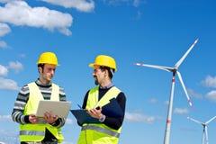 Deux ingénieurs dans une centrale électrique de turbine de vent image stock