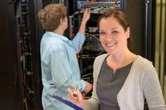 Deux ingénieurs de réseau dans la chambre de serveur images libres de droits