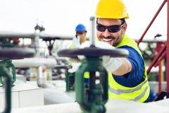 Deux ingénieurs travaillant à l'intérieur de la raffinerie de pétrole et de gaz images libres de droits