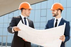 Deux ingénieurs vérifiant les plans architecturaux photos libres de droits