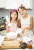 Deux ingrédients de mélange de soeur pour la pâte dans la grande cuvette sur la cuisine Image stock