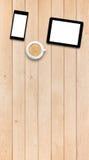 Deux instruments et cafés sur une table en bois Photographie stock libre de droits