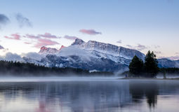 Deux Jack Lake en parc national de Banff Photos libres de droits