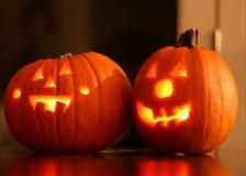 Deux Jack-O-lanternes de Halloween rougeoyant de photo libre de droits