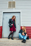 Deux jeune amie attirants se tenant ensemble et posant sur l'appareil-photo Façonnez dehors amies de jeunes de portrait assez mie Images stock
