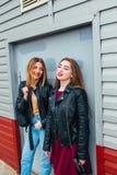 Deux jeune amie attirants se tenant ensemble et posant sur l'appareil-photo Façonnez dehors amies de jeunes de portrait assez mie Photographie stock libre de droits