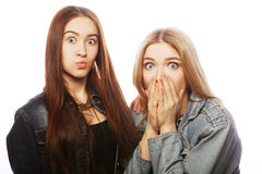 Deux jeune amie ayant l'amusement Image stock