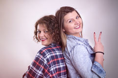 Deux jeune amie ayant l'amusement et le sourire Image libre de droits