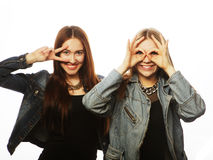 Deux jeune amie se tenant ensemble Photos stock