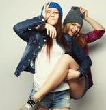 Deux jeune amie se tenant ensemble Images stock