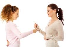 Deux jeune amie se tenant ensemble Photo stock