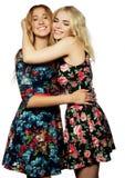 Deux jeune amie se tenant ensemble et ayant l'amusement Images libres de droits