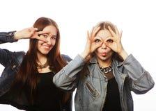 Deux jeune amie se tenant ensemble et ayant l'amusement Image libre de droits