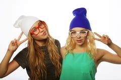 Deux jeune amie se tenant ensemble et ayant l'amusement Photos stock