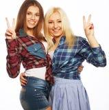 Deux jeune amie se tenant ensemble et ayant l'amusement Photo stock