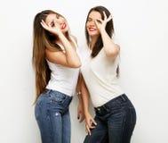 Deux jeune amie se tenant ensemble et ayant l'amusement Images stock