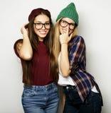 Deux jeune amie se tenant ensemble et ayant l'amusement Photographie stock