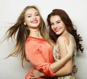Deux jeune amie se tenant ensemble et ayant l'amusement Image stock